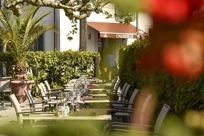 L'auberge - réserver votre diner sur la terrasse du restaurant l'auberge a chambesy en suisse