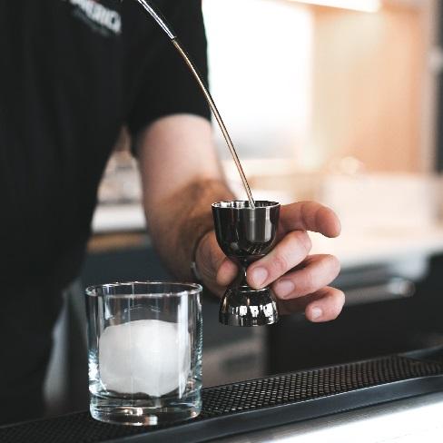 Chef barman prepare un cocktail - Anifor Cnetre de Formation Professionnel Valais Suisse