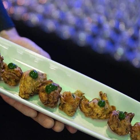 Pour votre vernissage à genève, notre traiteur vous propose Accras de courgettes jaunes et verte, emulsion à la coriandre