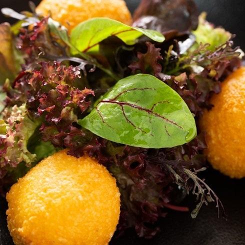 L'Auberge un restaurant à Chambesy vous propose son Malakoff, salade de jeunes pousses