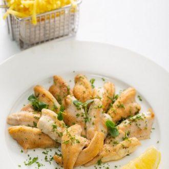 Le restaurant L'Auberge a Chambésy au bord du lac Léman vous propose ses Filets de perche meunière, pommes alumettes, salade de jeunes pousses