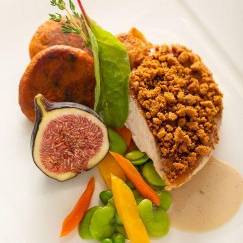 Restaurant Le Trinquet a Genève a côté du PAV -Suprême de volaille rôtie, crumble de speculos et figue rôtie au Porto -