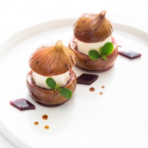 Restaurant Vieux Bois- Découvrez notre carte des desserts Figues pochées au cabernet muté, soufflé glacé aux effluves d'orange