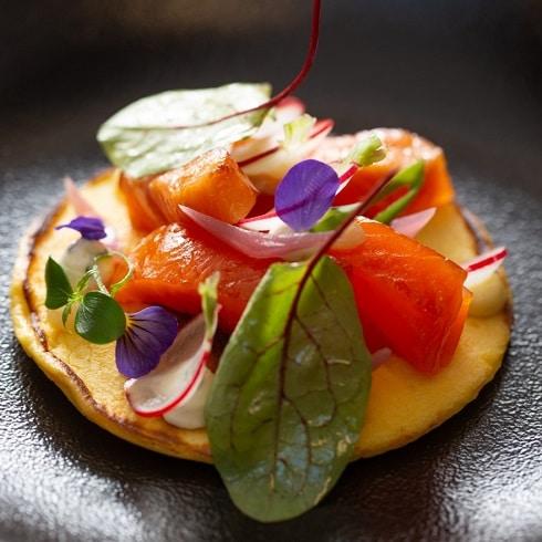 Restaurant Vieux Bois a Geneève - Venez déguster un Duo de saumon, fumé au tilleul et mariné aux agrumes, copeaux de radis, miso